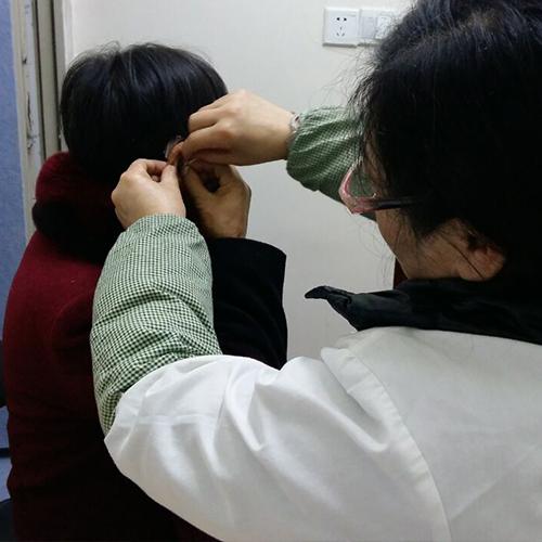 听力障碍者正在佩戴助听器